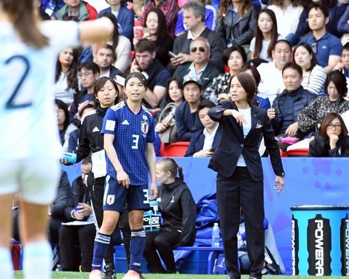 日本対アルゼンチン 前半、相手選手の治療中に高倉監督(右)は鮫島にアドバイスする(撮影・山崎安昭)