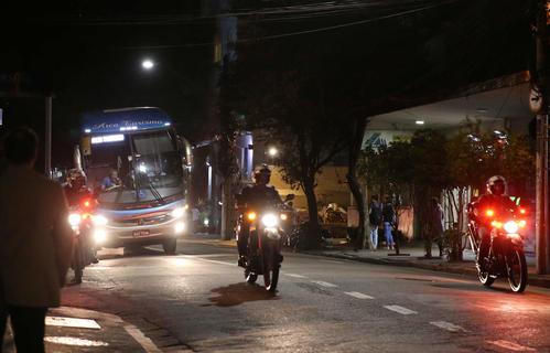 日本代表を乗せたバスは警察のバイクに先導されて宿舎に向かう(撮影・河野匠)