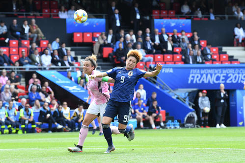 日本対スコットランド 前半、菅沢(右)は相手選手に倒される(撮影・山崎安昭)