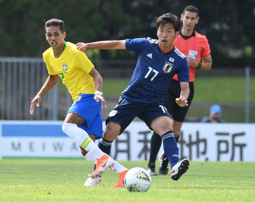 日本対ブラジル 前半、相手にプレスをかける高(撮影・山崎安昭)
