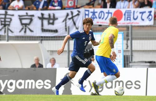 日本対ブラジル 前半、ドリブルで駆け上がる小川(撮影・山崎安昭)