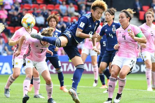 日本対スコットランド 前半、シュートを放つ菅沢優衣香(中央)