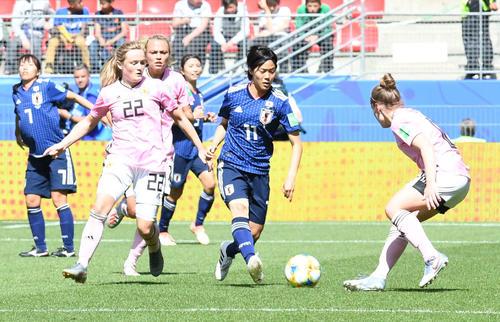 日本対スコットランド 後半、途中出場の小林はドリブルする(撮影・山崎安昭)