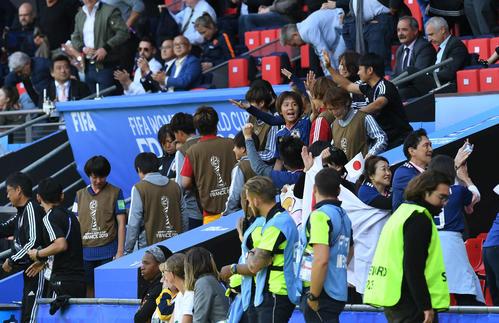 日本対スコットランド 勝利の笛をベンチで聞いた岩渕(中央右)はチームメートとタッチをかわす(撮影・山崎安昭)