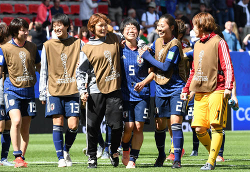 日本対スコットランド 勝利に貢献した市瀬(右から3人目)はホッとした表情を見せる。右からGK池田、宇津木、1人おいて阪口、宝田、遠藤(撮影・山崎安昭)