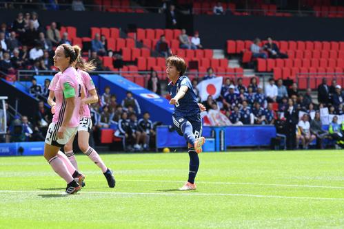 日本対スコットランド 前半、ゴールを決める岩渕(右)(撮影・山崎安昭)