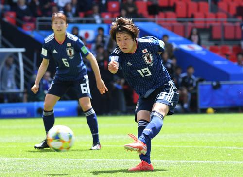 日本対スコットランド 前半、シュートを放つ遠藤。左は杉田(撮影・山崎安昭)