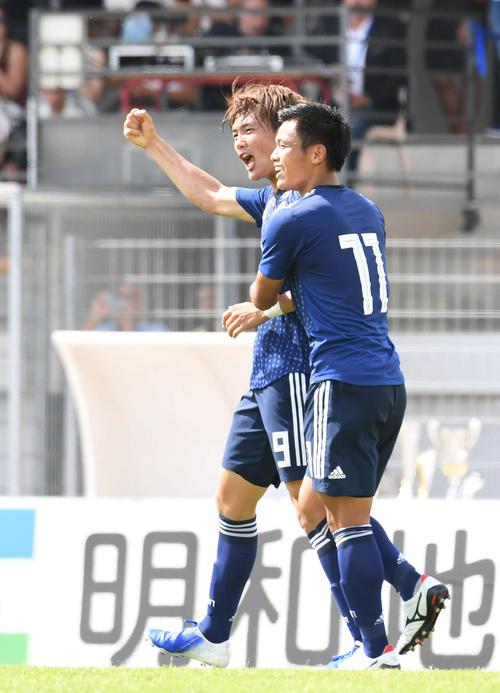 日本対ブラジル 前半、得点した小川(左)は旗手と喜ぶ(撮影・山崎安昭)