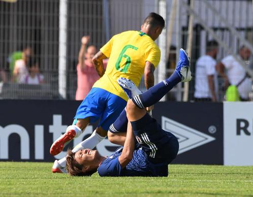 日本対ブラジル 接触して転倒する小川(撮影・山崎安昭)