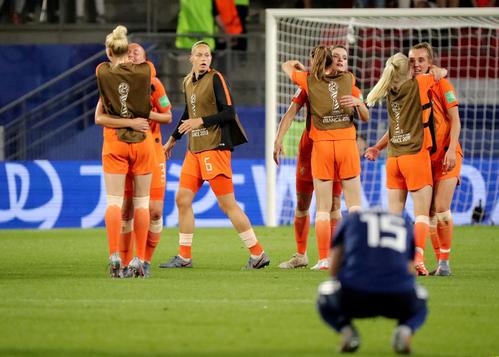 オランダに敗れ、その場にしゃがみ込む籾木(ロイター)