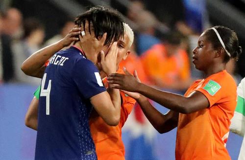 試合終了後、オランダ選手に慰められる熊谷(ロイター)