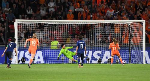 日本対オランダ 後半、オランダの決勝点となるPKを決められるGK山下(中央)(撮影・山崎安昭)