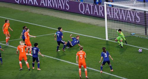 前半、左CKからマルテンスの会わせたボールが菅沢の股の間を抜けてゴールが決まる(ロイター)