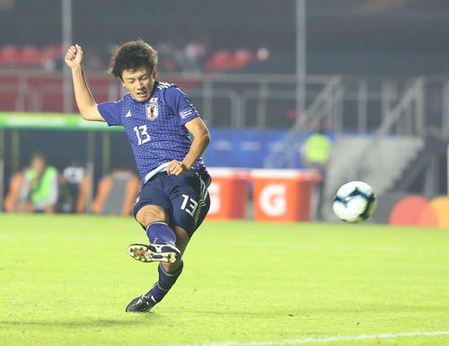 日本対チリ 後半、右足でゴールを狙う上田(撮影・河野匠)