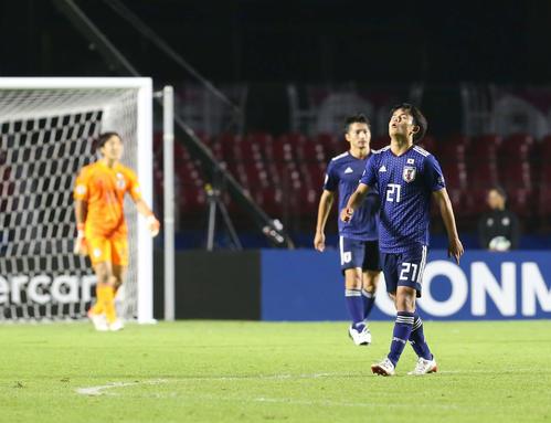 日本対チリ 後半、3点目を奪われ天を仰ぐ久保(撮影・河野匠)