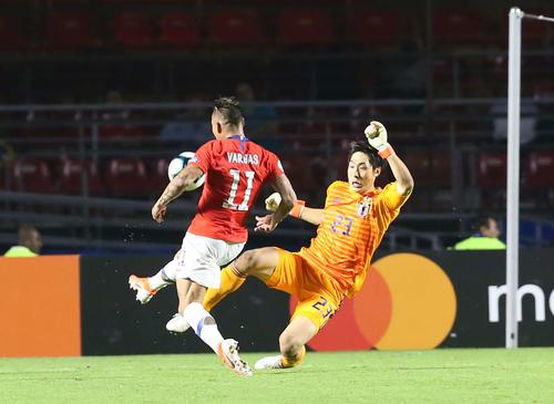 日本対チリ 後半、バルガスにチーム4点目のゴールを奪われる日本。GK大迫(撮影・河野匠)