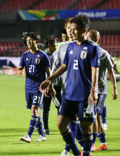 日本対チリ チリに敗れ、悔しそうに引き揚げる久保(左)(撮影・河野匠)
