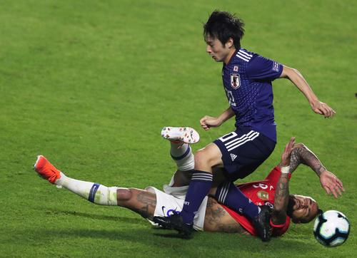 前半、競り合う日本代表FW中島とチリ代表MFビダル(ロイター)