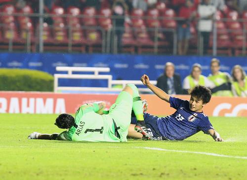 日本対チリ 前半、ゴールを狙う上田(撮影・河野匠)