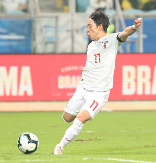 日本対ウルグアイ 前半、右足で先制ゴールを決める三好(撮影・河野匠)