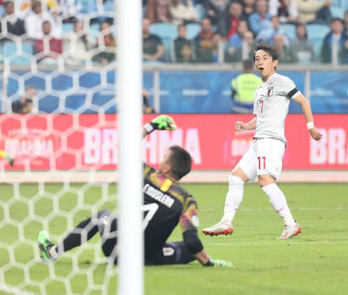 日本対ウルグアイ 前半、右足で先制ゴールを決める三好。GKムスレラ(撮影・河野匠)