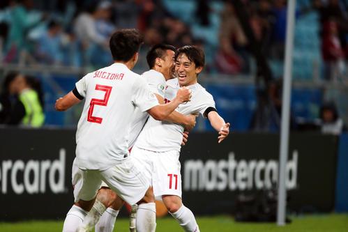 日本対ウルグアイ 後半、チーム2点目のゴールを決めた三好(右)は、岡崎(中央)、杉岡の祝福に最高の笑顔を見せる(撮影・PIKO)