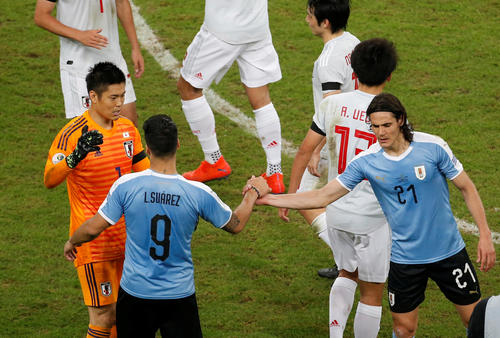 試合後、健闘をたたえ合うGK川島(左)、ウルグアイFWスアレス(9)、FWカバニ(右)(ロイター)