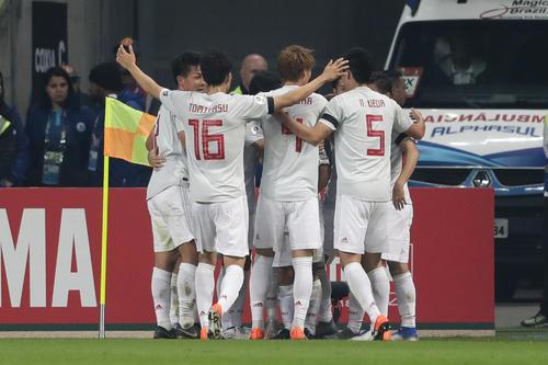 日本対ウルグアイ 前半25分、先制ゴールを決め喜ぶ日本のイレブン(AP)
