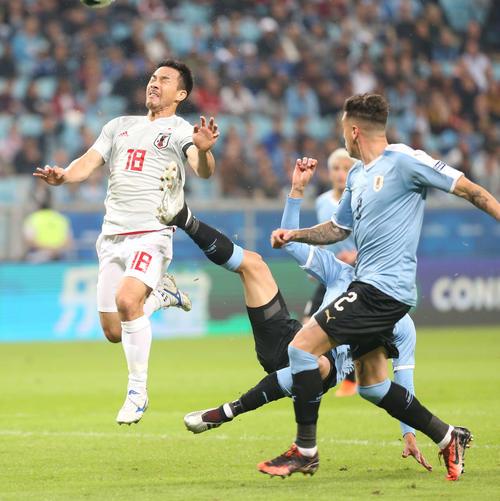 日本対ウルグアイ 前半、ヘディングでゴールを狙う岡崎(撮影・河野匠)