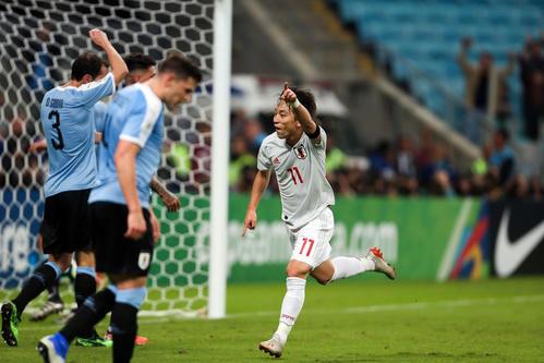 日本対ウルグアイ 後半、チーム2点目のゴールを決めた三好は左手を突き上げピッチを駆ける(撮影・PIKO)