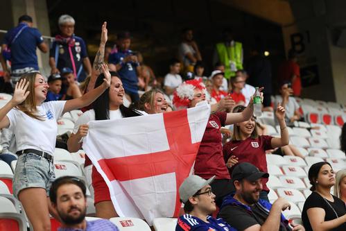 日本対イングランド 開始前から盛り上がるイングランドサポーター(撮影・山崎安昭)