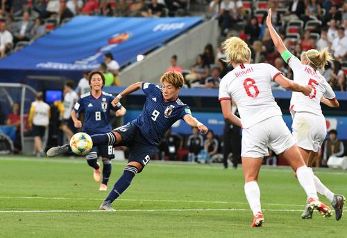日本対イングランド 後半、シュートを放つ菅沢(左から2人目)(撮影・山崎安昭)
