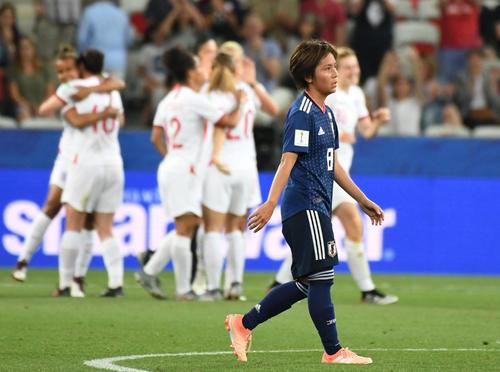 日本対イングランド 後半、追加点を喜ぶイングランドの選手をよそに浮かない表情の岩渕真奈(撮影・山崎安昭)
