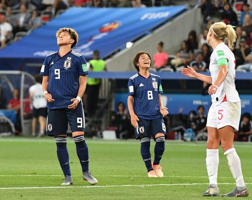 日本対イングランド 後半、シュートを外して悔しがる菅沢(左)。中央は岩渕(撮影・山崎安昭)