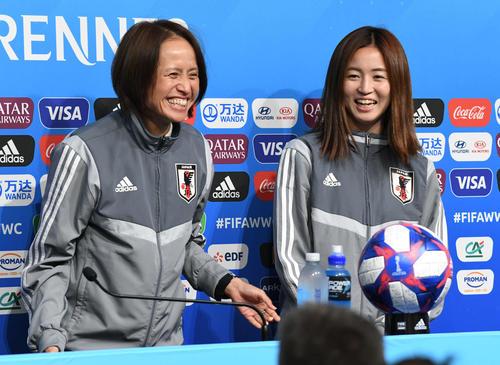 公式会見で笑顔を見せる清水(右)と高倉監督(撮影・山崎安昭)