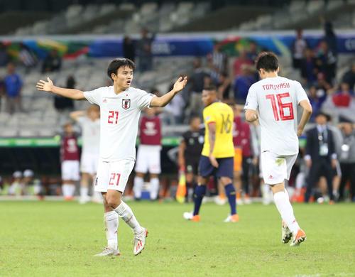 日本対エクアドル 後半終了間際、決勝ゴールと思われたシュートはオフサイド判定となり、両手を広げ抗議する久保(撮影・河野匠)