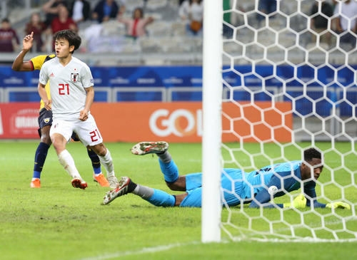 日本対エクアドル 後半、終了間際、右足を振り抜きゴールネットを揺らした久保だったが、オフサイド判定でノーゴール。GKドミンゲス(撮影・河野匠)