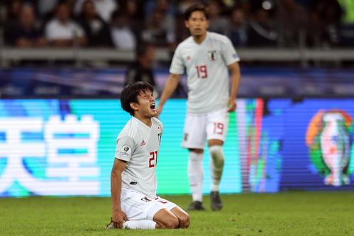 日本対エクアドル 後半、ピッチに倒れ痛みに耐える久保(撮影・PIKO)