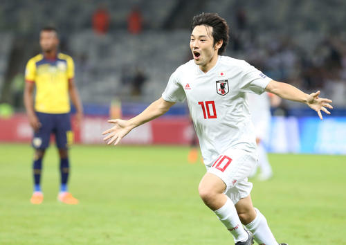 日本対エクアドル 前半、先制ゴールを決め両手を広げピッチを駆ける中島(撮影・河野匠)