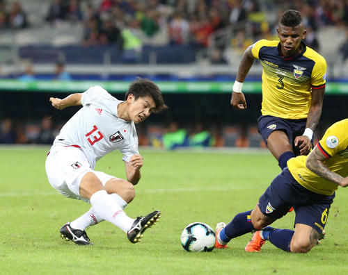 日本対エクアドル 後半、右足でゴールを狙う上田(撮影・河野匠)