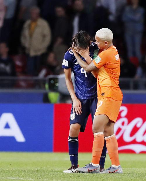 オランダに惜敗し、泣き崩れる熊谷(左)を慰めるオランダのファンデサンデン(共同)