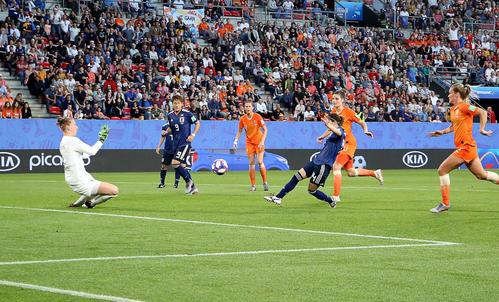 日本対オランダ 前半、右足で同点ゴールを決める長谷川(撮影・PNP)