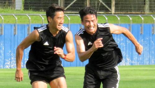 宮城合宿を公開し、トレーニングで薗田氏(右)に走り勝つ香川(撮影・木下淳)