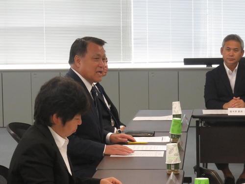 女子W杯2023日本招致委員会の冒頭で挨拶をする田嶋幸三委員長(左から2人目)。右は元女子日本代表監督の佐々木則夫委員