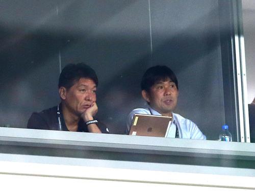 川崎F-チェルシー戦を視察する日本代表の森保監督(右)(撮影・足立雅史)