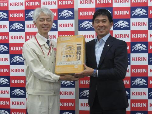 キリンビール取手工場を訪問し、セレモニーで九鬼工場長(左)からキリン一番搾りを贈呈された日本代表森保監督