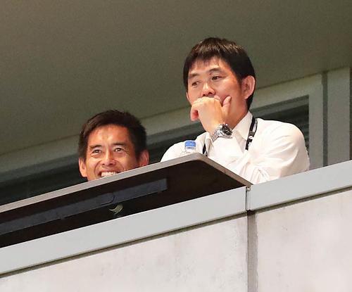 鹿島対G大阪戦を森保代表監督(右)と視察する川口代表GKコーチ(左)(撮影・丹羽敏通)