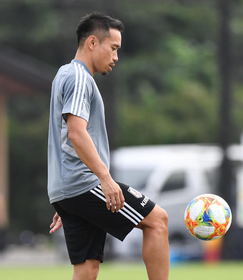 パラグアイ戦を前に、ボールを使った練習をするDF長友(撮影・加藤諒)
