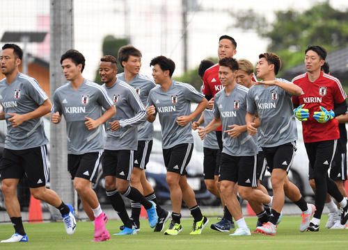 パラグアイ戦に向けた練習でランニングをするMF堂安律(右から2人目)ら日本代表の選手たち(撮影・加藤諒)