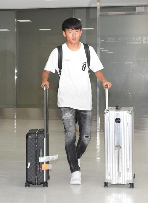 成田空港に到着した日本代表のMF久保(撮影・加藤諒)